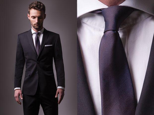 84ef87f9b810b Odważna, niebanalna wytworność: slimowany garnitur w intensywnym odcieniu  niebieskiego, biała koszula zapinana na guziki z widoczną kontrastową nicią  oraz ...